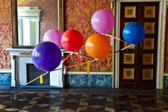 Luca Trevisani, Costellazione basculante, 2008. Installazione: palloncini, elio, balsa, pvc, cm 250 x 300 x 90. Courtesy: Collezione ACACIA. Credito fotografico: Fabio Mantegna