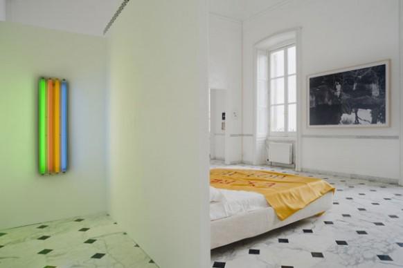 Nell'ingresso, un'opera di Dan Flavin. In camera da letto: opere di Yang Fudong e Thomas Schütte