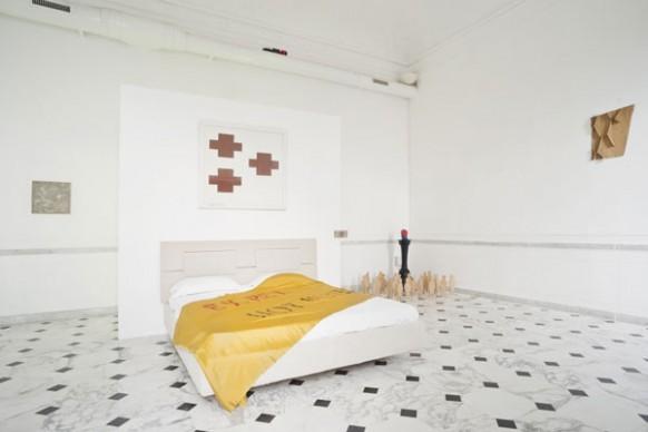 Nella camera da letto, opere di: Thomas Schütte, Joseph Beyus, Gedi Sibony, Oscar Tuazon