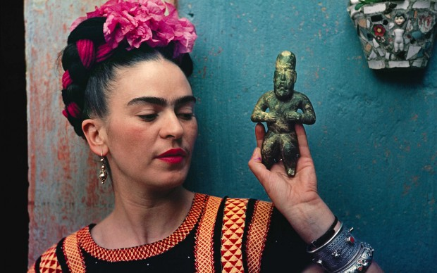 Nickolas Muray, Frida with Olmeca Figurine, Coyoacán, 1939 © Nickolas Muray Photo Archive