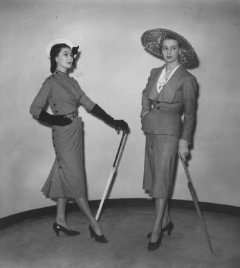 Due degli abiti presentati da Christian Dior durante la sfilata al Savoy Hotel di Londra, il 25 aprile del 1950. Credits: Keystone/Getty Images