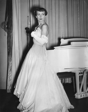 Uno degli abiti presentati da Christian Dior durante la sfilata al Savoy Hotel di Londra, il 25 aprile del 1950. Credits: George W. Hales/Fox Photos/Getty Images