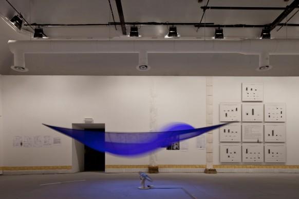 Hans Haacke, (al centro) Blue Sail (1964-1965);  chiffon, ventilatore oscillante, pesi e lenza per la pesca, dimensioni variabili. (A destra) Vergleich von 3 Kunstausstellungs- Besucherprofilen (Comparison of 3 visitors' profiles of art exhibition) (1973), 10 istogrammi. 88 x 100 cm ciascuno. 56. Esposizione Internazionale d'Arte - la Biennale di Venezia, All the World's Futures. Photo by Alessandra Chemollo. Courtesy: la Biennale di Venezia