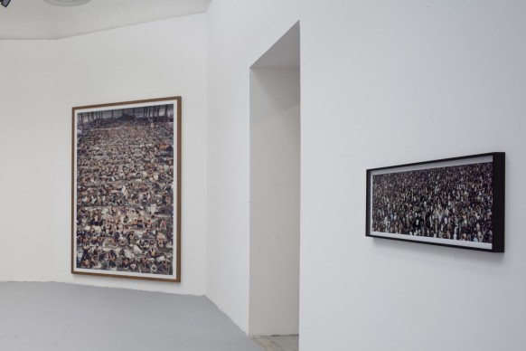Andreas Gursky, (a sinistra) Nha Trang 2004; stampa cromogenica / diasec / con cornice. 295 x 207 x 6,2 cm. (A destra) May Day IV, 2000-2014;  stampa cromogenica / diasec / con cornice, 38,3 × 101,3 × 4 cm. 56. Esposizione Internazionale d'Arte - la Biennale di Venezia, All the World's Futures. Photo by Alessandra Chemollo. Courtesy: la Biennale di Venezia