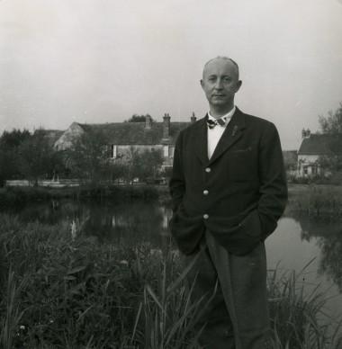 Christian Dior davanti alla sua proprietà di Milly