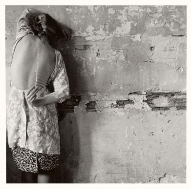 Francesca Woodman, Untitled, New York, 1979/2001 © Courtesy George and Betty Woodman, New York / SAMMLUNG VERBUND, Wien