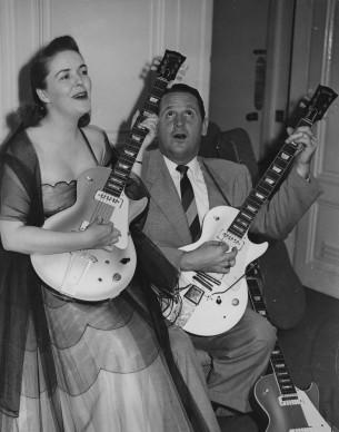 Nel corso del tour londinese del 1952, il duo composto da Les Paul e dalla moglie Mary Ford dà una dimostrazione concreta alla stampa del Vecchio Continente delle sonorità ottenute con una chitarra amplificata elettricamente. Credits: Ron Burton/Keystone/Getty Images