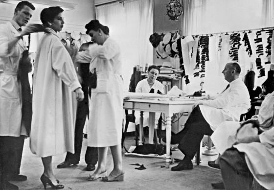 Christian Dior e il suo staff nell'atelier di Parigi, 1956. Credits: STAFF/AFP/Getty Images