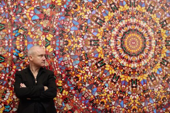 Damien Hirst posa di fronte alla sua opera  I am Become Death, Shatterer of Worlds presso la Tate Modern di Londra all'interno della prima retrospettiva dedicata all'artista, nel 2012. Credits: Oli Scarff/Getty Images