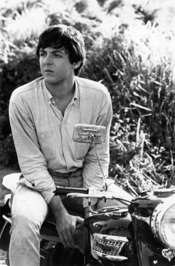 Paul McCartney in sella alla sua moto nel 1965. Foto: Express Newspapers/Getty Images