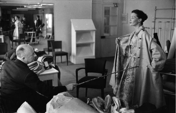 Christian Dior controlla l'aspetto finale di una delle sue creazioni. Credits: Roger Wood/Getty Images