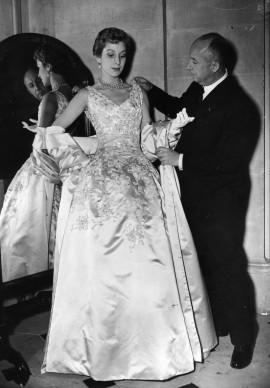 Christine Dior dà gli ultimi ritocchi a una delle sue creazioni. Credits: Keystone/Getty Images