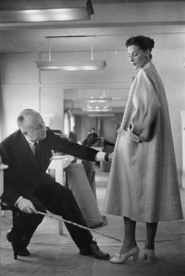Christian Dior al lavoro nel suo atelier parigino. Credits: Roger Wood/Getty Images