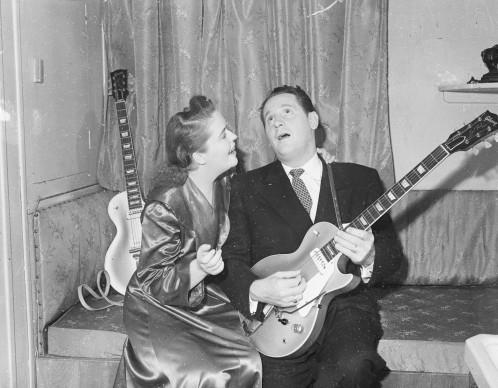 Settembre 1952: Les Paul canta una serenata alla moglie Mary Ford, imbracciando naturalmente una delle sue innovative chitarre. Credits: Express/Express/Getty Images