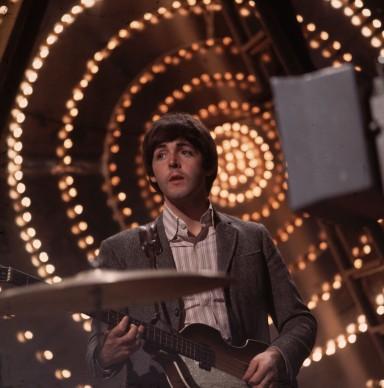 Paul McCartney in un live dei Beatles, nel 1966. Foto: Hulton Archive/Getty Images