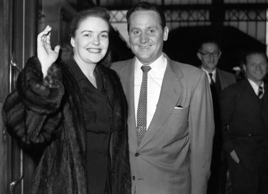 Mary Ford è parte integrante della carriera di Les Paul, non solo in quanto moglie ma anche come cantante. Qui li vediamo in procinto di esibirsi assieme al Palladium di Londra, nel 1952. Credits: Ron Burton/Keystone/Getty Images
