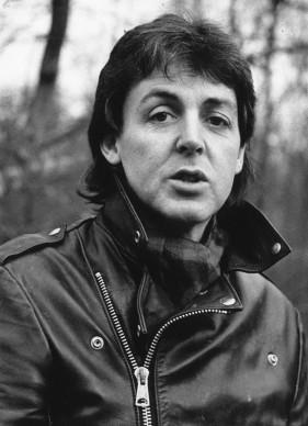 Paul McCartney nel gennaio del 1980, fotografato nella sua fattoria nel Sussex. Foto: David Harris/Keystone/Getty Images