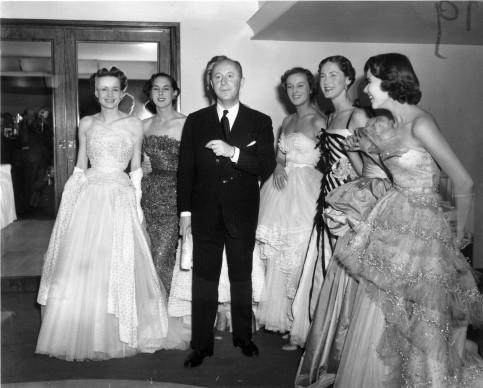 Christian Dior e le modelle di una sua sfilata al Savoy Hotel di Londra, il 25 aprile del 1950. Credits: Fred Ramage/Keystone/Getty Images