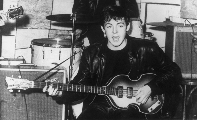 Paul McCartney in uno dei primissimi concerti dei Beatles, nel Cavern night club di Liverpool, agli inizi degli anni Sessanta. Foto: Keystone/Getty Images