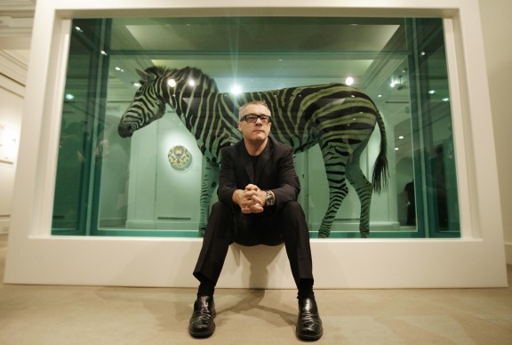 Damien Hirst posa di fronte alla sua opera The Incredible Journey presso la sede londinese della casa d'aste Sotheby's, nel 2008. Credits: Peter Macdiarmid/Getty Images