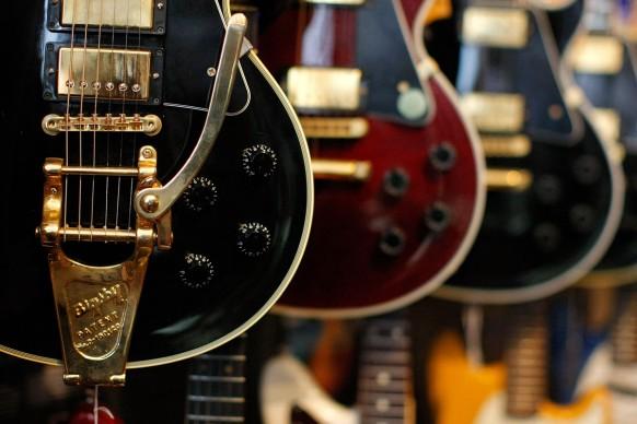 Una serie di modelli di Gibson Les Paul esposte in un negozio di New York nel 2009. Ormai non si contano il numero di varianti prodotte nel corso degli anni della leggendaria chitarra, a partire dalla prima Les Paul: la GoldTop, dal colore scelto dallo stesso chitarrista per dare prestigio allo strumento.