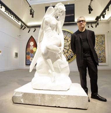 Damien Hirst posa di fronte alla sua opera Anatomy of an Angel presso la sede londinese della casa d'aste Sotheby's, nel 2008. Credits: SHAUN CURRY/AFP/Getty Images
