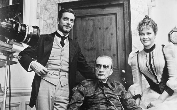 Luchino Visconti, Giancarlo Giannini e Laura Antonelli sul set del film 'L'innocente', del 1976 (Photo by Keystone/Hulton Archive/Getty Images)