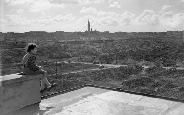 Bambina che guarda le rovine del Ghetto di Varsavia dopo la seconda guerra mondiale, foto di Reginald Kenny