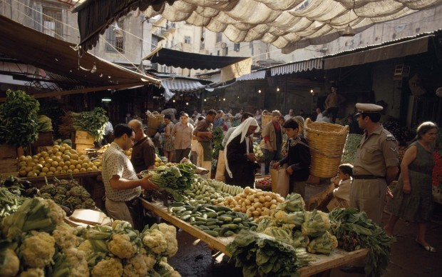 GEORGE F. MOBLEY/National Geographic, Un affollato bazar all'aperto di Beirut, in Libano