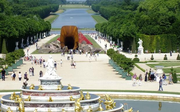 Veduta-dei-giardini-di-Versailles-con-Dirty-Corner-di Anish Kapoor sullo-sfondo