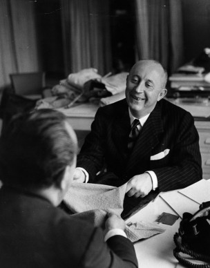 Christian Dior nel suo atelier di Parigi  (Photo by Roger Wood/Getty Images)