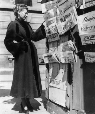 Una donna indossa un soprabito di Christian Dior, nel settembre del 1947 (Photo by Hulton Archive/Getty Images)
