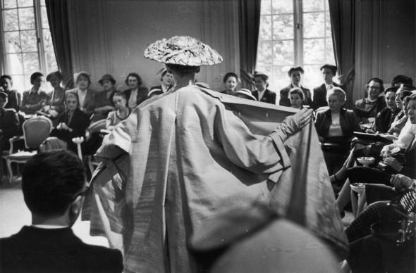 Sfilata della maison Dior nel giugno del 1952 (Photo by Roger Wood/Picture Post/Getty Images)