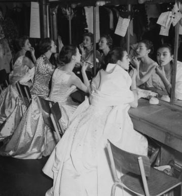 Gli ultimi ritocchi al trucco da parte delle modelle, prima di sfilare per Christian Dior a Parigi nell'ottobre del 1954 (Photo by Keystone/Getty Images)
