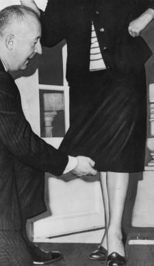 Christian Dior mostra la nuova lunghezza stabilita per le gonne della sua collezione, nel luglio del 1953 (Photo by Keystone/Getty Images)