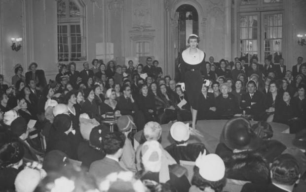 Sfilata della maison Dior nell'aprile del 1950 (Photo by Keystone/Getty Images)
