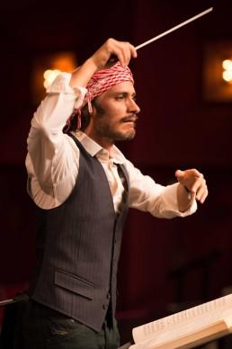 Gael Garcia Bernal in una scena tratta da Mozart In The Jungle, serie tv in onda su Sky Arte HD in prima visione tv