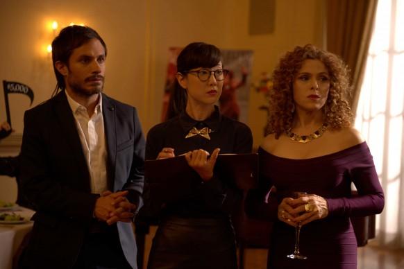 Gael Garcia Bernal (a sinsitra) in una scena tratta da Mozart In The Jungle, serie tv in onda su Sky Arte HD in prima visione tv