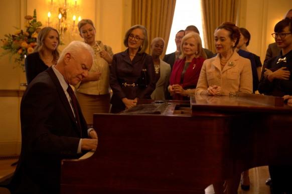 Malcom McDowell in una scena tratta da Mozart In The Jungle, serie tv in onda su Sky Arte HD in prima visione tv