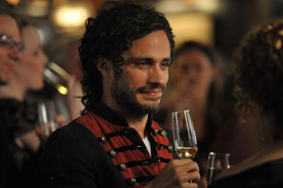 Gael Garcia Bernal in una scena tratta dal primo episodio di Mozart In The Jungle, in onda su Sky Arte HD in simulcast con Sky Atlantic e Sky Uno