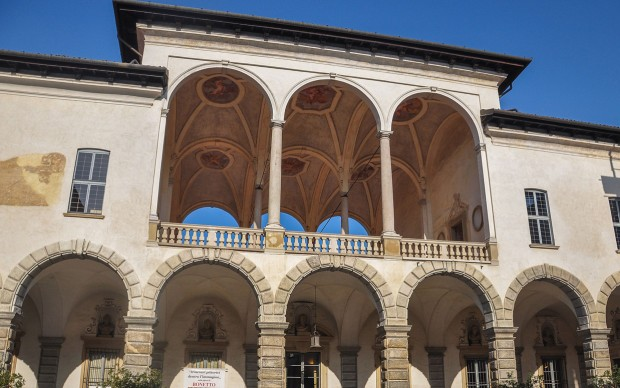 Palazzo_arese-borromeo_cortile_interno