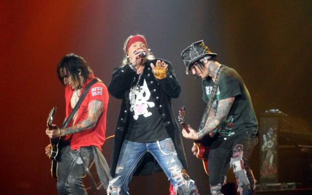 Richard Fortus, Axl Rose, DJ Ashba: Guns N' Roses live a Nottingha nel 2012