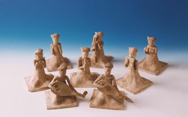 cina-gruppo-di-otto-statuette-di-suonatrici-sedute-in-ceramica-dipinta
