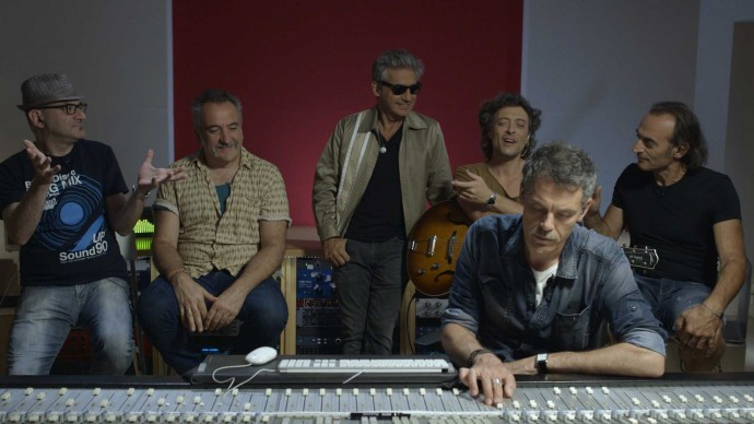 Luciano Ligabue in studio con la sua band e il produttore Fabrizio Barbacci