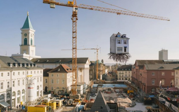 leandro-erlich-pulled-by-the-roots-karlsruhe-veduta-installazione