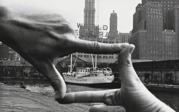 Harry Shunk e János Kender: JOHN BALDESSARI, Hands Framing New York Harbor, 1971
