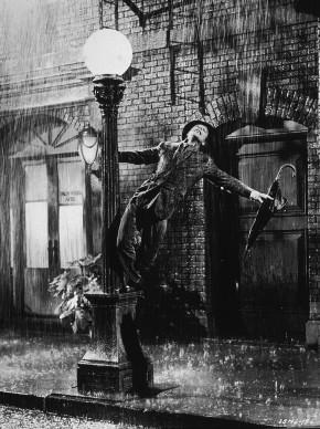 Gene Kelly nella più celebre scena del musical 'Cantando sotto la pioggia' (Photo by MGM Studios/Hulton Archive/Getty Images)