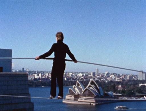 La camminata di Philippe Petit sul cavo sospeso tra i piloni dell'Harbour Bridge di Sydney, in Australia