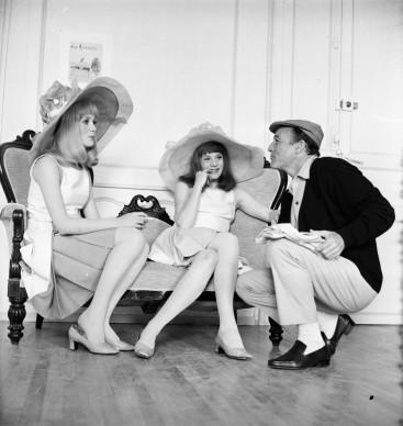 Gene Kelly con Catherine Deneuve e Francoise Dorleac sul set del film Josephine (Photo by Reg Lancaster/Express/Getty Images)