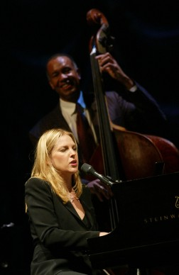 Diana Krall live all'Universal Amphitheatre di Los Angeles nel 2002 (Photo by Kevin Winter/ImageDirect)